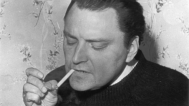 Schwarzweissbild: Schlunegger zündet sich eine Zigarette an