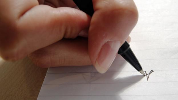 Eine Hand mit einem Stift
