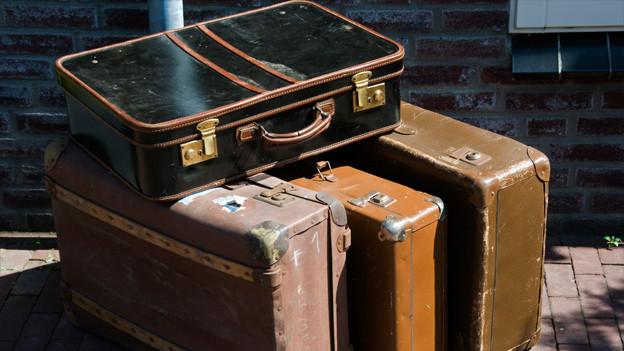 Viele Koffer neben- und aufeinander.