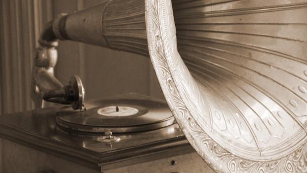Alte schwarz-weiss Aufnahme eines Grammofons.