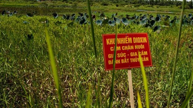 Ein Schild nahe des Danang-Flughafens warnt vor der nach wie vor hohen Dioxin-Belastung