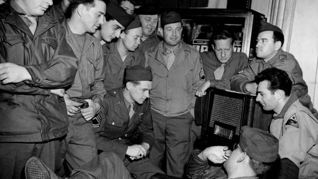 Französische Soldaten hören die Nachrichten von der deutschen Kapitulation, Mai 1945.