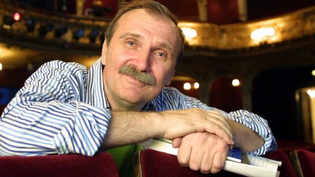 Dzevad Karahasan in einem Theatersaal.