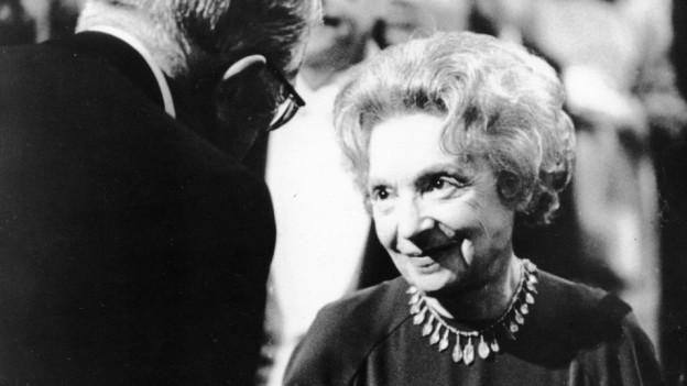 Nelly Sachs erhält am 12. Dezember 1966 aus den Händen des schwedischen Königs Gustav Adolf den Nobelpreis für Literatur.