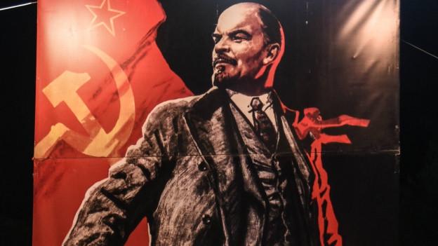 Lenin vor der sowjetischen Flagge in roter und schwarzer Farbe auf Leinwand gemalt