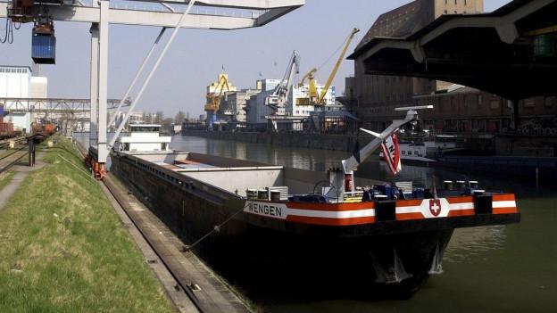 Foto von dem Hafenbecken II im Rheinhafen in Basel.
