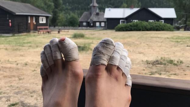 Füsse mit einbandagierten Zehen