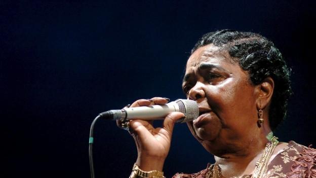 Eine Frau vor einem Mikrofon