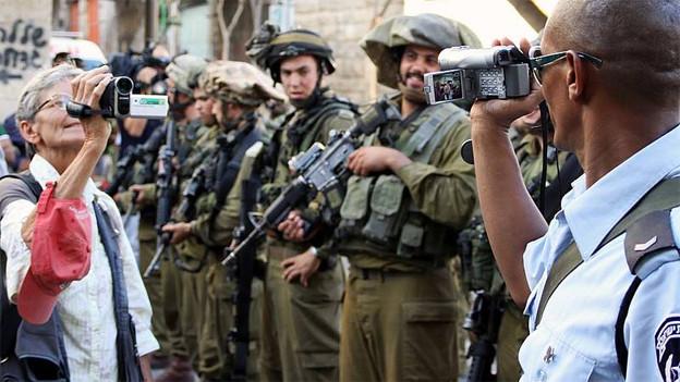 Die israelische Polizei und Armee filmen regelmässig friedliche Demonstrationen. Einige Leute filmen zurück.