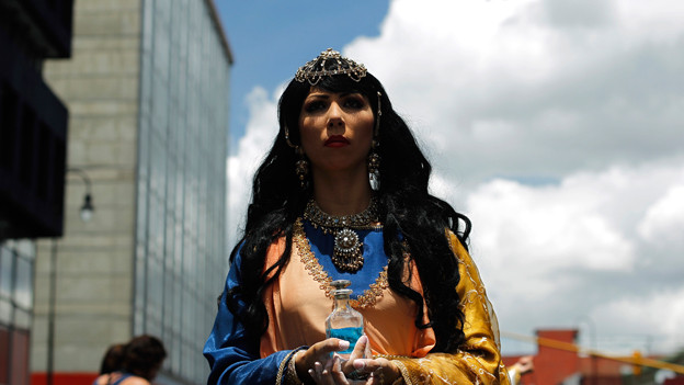 Eine Frau gekleidet als Maria Magdalena bei der Karfreitagsprozession auf Costa Rica