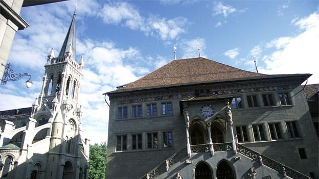 Die Kirche St. Peter und Paul neben dem Berner Rathaus.