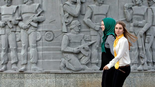 Mit und ohne Kopftuch: rumänische Studentinnen.