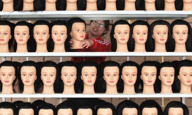 Ein Regal mit Plastikbüsten von Frauen.