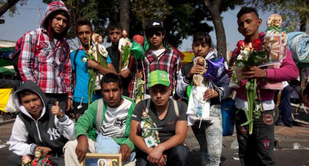 Junge Pilger posieren für das Gruppenfoto.