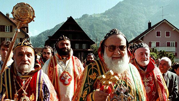 Moran Mor Ignatius Zakka I. Iwas, der Patriarch von AntiMitglieder der syrisch-orthodoxen Kirche aus Damaskus unterwegs von der Kloster- zur Pfarrkirche in Arth (SZ), 1999.