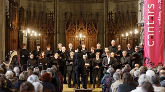 Ein Chor in einer Kirche.