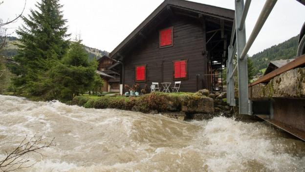 Haus wird von Wassermassen umschwemmt.