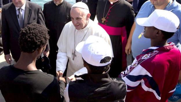 Papst Franziskus spricht auf Lampedusa mit Flüchtlingen 2013