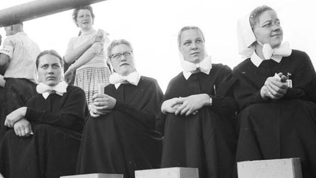 Vier Diakonissinnen sitzen nebeneinander.