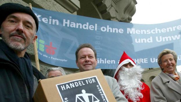 Beat Dietschy und MitstreiterInnen überreichen vor dem Bundeshaus die Petition «Handel für Menschen» im Dezember 2004.