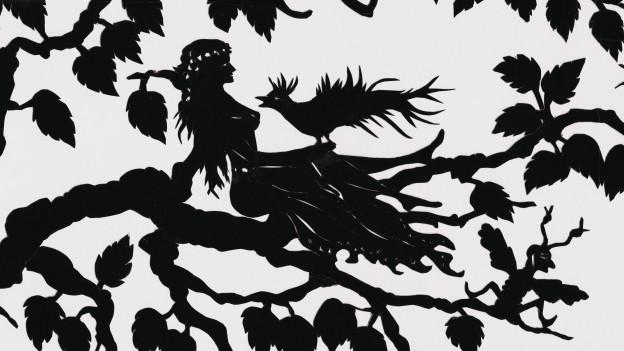 Silhouette von Märchengestalten in einem Wald.