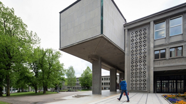 Blick auf ein modernes Beton-Gebäude.
