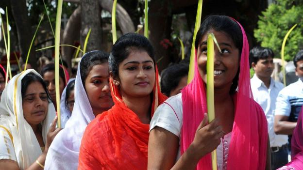 Christinnen in Indien währen der Palmsonntag Prozession.