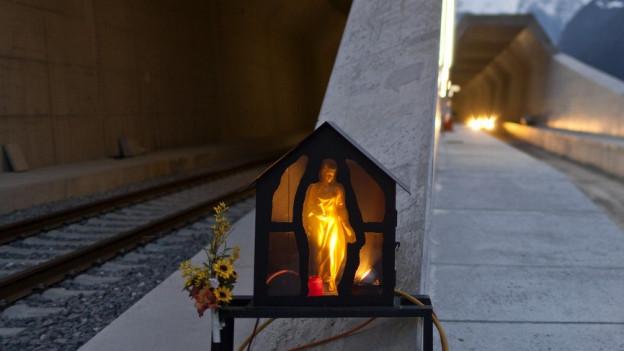 Die Heilige Barbara: Als Schutzpatronin der Bergbauer steht sie auch vor dem Gotthardtunnel.