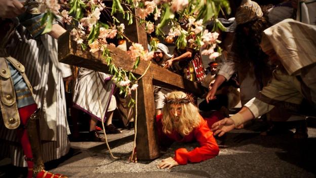 Laienschauspieler führen die Passion Christi auf.