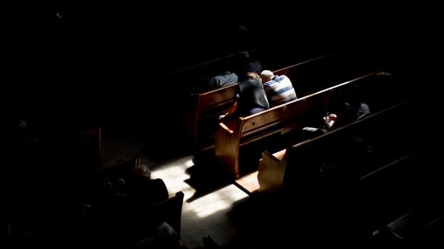 Zwei Menschen Beten Auf Einer Kirchbank.