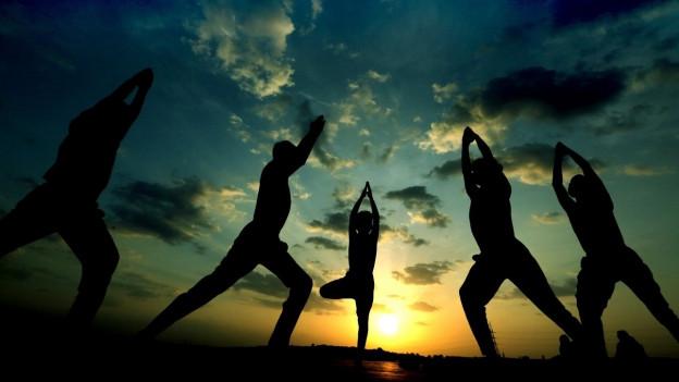 Menschen machen Yoga