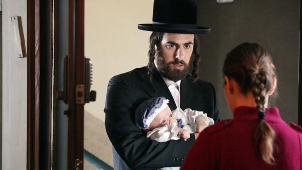 Wohin mit dem Baby? Yftach Klein als junger Vater Yohai in «Lemale et ha'halal» («Fill the Void»).