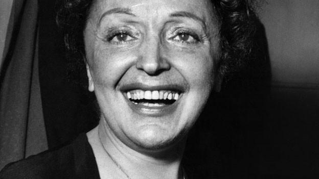Zu ihrem 50. Todestag legt der Musikwissenschaftler Jens Rosteck eine umfangreiche Biografie über Edith Piafvor.