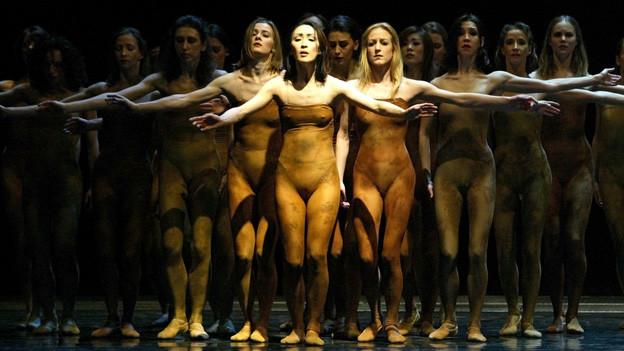 Eine Aufführung von Strawinskys Ballett am Theater Leipzig.