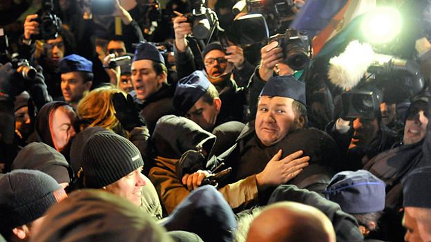 Offener Kampf: Rechte Demonstranten und Regierungsgegner in Budapest, 2012.