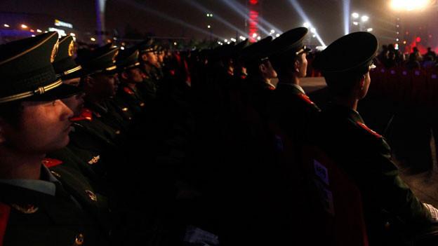 Chinesische Soldaten während des Abschlusskonzertes des Beijing International Film Festivals, 2012.