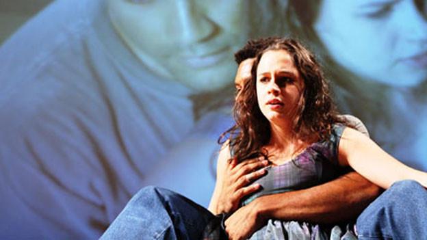 Christiane Jatahy hat die Handlung von Strindbergs Stück «Fräulein Julie» in ein brasilianisches Gutshaus versetzt.