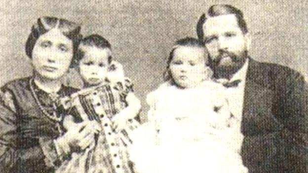 Prinzessin Salme von Oman und Sansibar mit Mann und Töchtern.