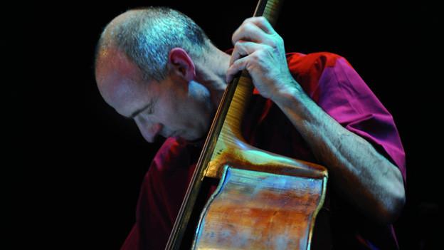 Der Bassist Stephan Kurmann.