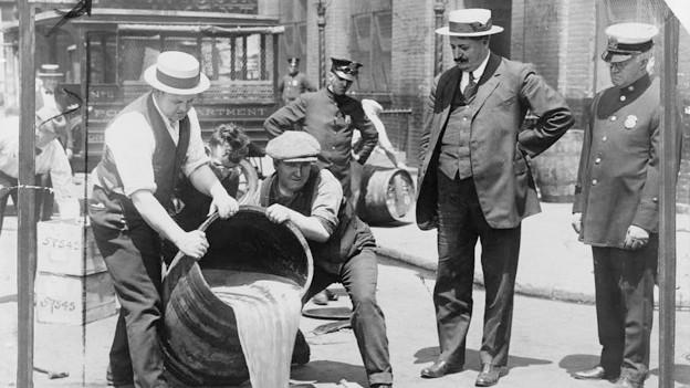 Polizisten überwachen die Vernichtung von Alkohol in New York.