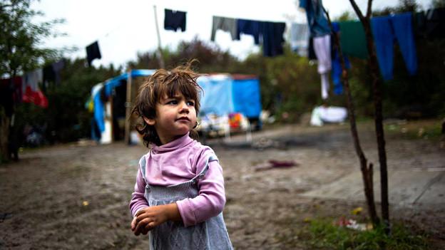 Eine unbeschwerte Kindheit geht anders: Ein Mädchen in einem Roma-Dorf in der Nähe von Paris.