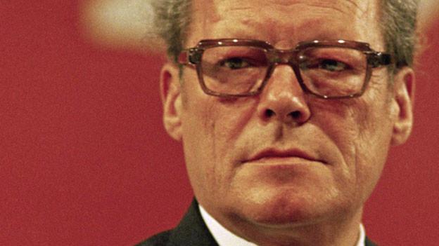 Im Hörbuch über Willy Brandt berichtet Jürgen Roth weder neutral noch objektiv, er schaut vielmehr mit seiner eigenen politischen Haltung auf die Geschichte der Bonner Republik zurück.