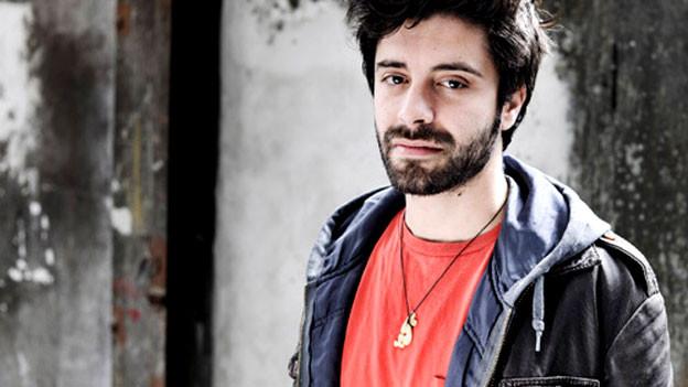 Vier Jahre sind seit seiner Ausbildung zum Regisseur vergangen. In dieser kurzen Zeit hat Antu Romero Nunes an allen bedeutenden deutschsprachigen Bühnen inszeniert.
