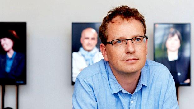 Porträt von Mats Staub während einer Ausstellung.
