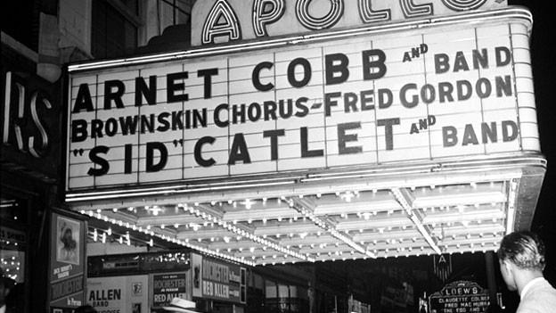 Eingang eines Theaters, schwarzweiss Foto.