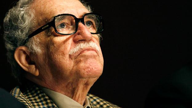 Porträt eines älteren Mannes mit schwarzer Hornbrille.