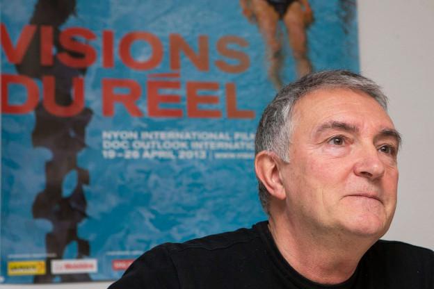 Luciano Barisone im Porträt. Hinten ein Plakat vom «Vision du Réel».