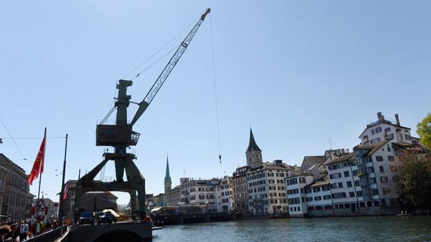 Blick auf die Limmat und die Stadt Zürich, im Vordergrund der Hafenkran