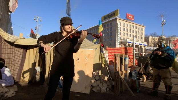 Eine Geigenspielerin auf dem Maidan in Kiev.