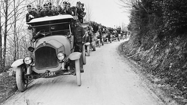 Schweizer Infanteristen werden waehrend des Ersten Weltkrieges mit Saurer-Lastwagen zum Stellungsbau im Basler Jura gefahren.